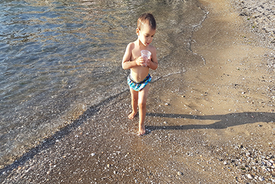 ילד בים - צלמת רוני ישראל