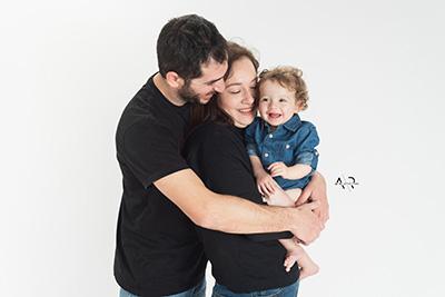 צילום משפחתי - אבא אמא ותינוק - צלמת רוני ישראל