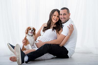 צילום הריון בסטודיו עם כלב - צלמת רוני ישראל