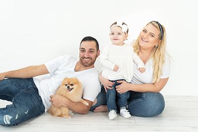 צילום גיל שנה עם אבא אמא תינוקות וכלב - צלמת רוני ישראל