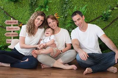 צילום משפחה בסטודיו - רקע טבע - צלמת רוני ישראל