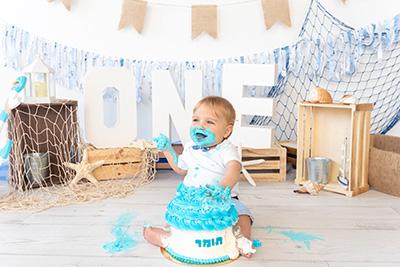 צילום סמאשקייק עוגה כחולה ולבנה תינוק שמח - צלמת רוני ישראל
