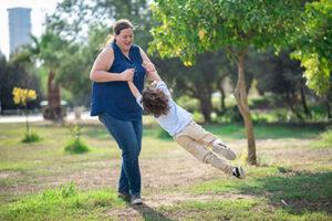 צילום בחוץ אמא ובן משחקים - צלמת רוני ישראל