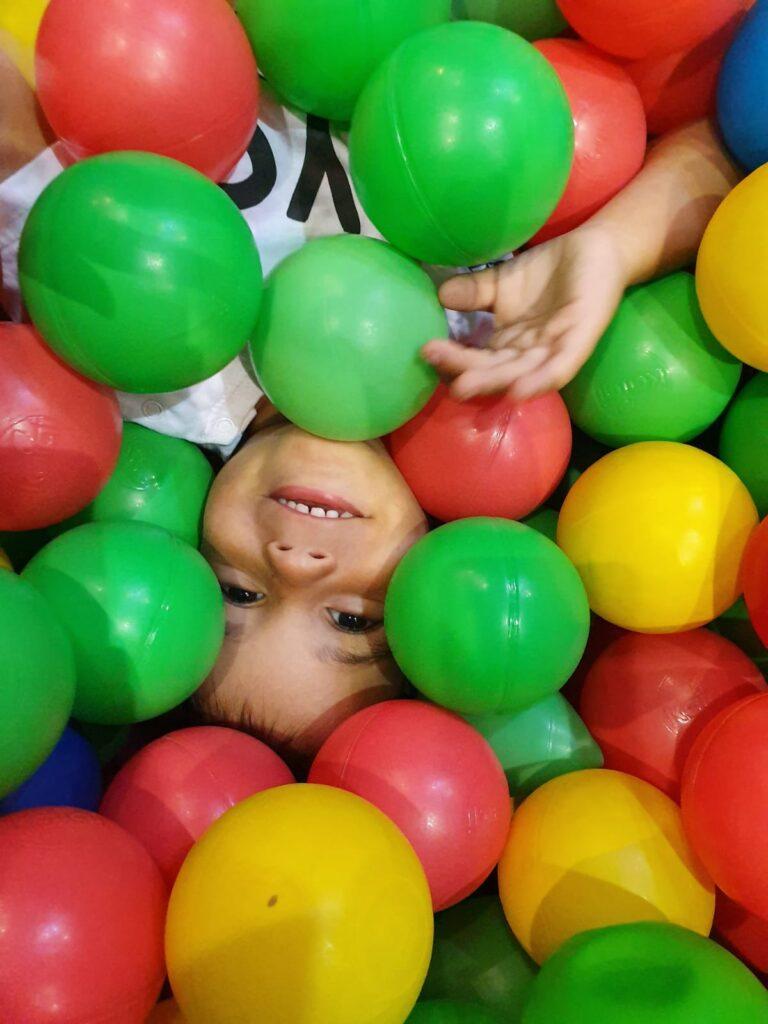 צילום ילד בתוך בריכת כדורים בג/ימבורי - צלמת רוני ישראל