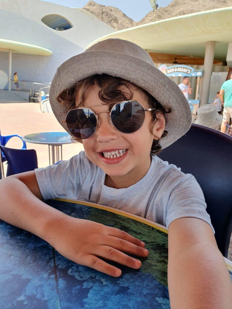 צילום ילד עם משקפי שמש וכובע - צלמת רוני ישראל